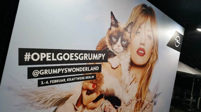NOT IMPRESSED BY WONDERLAND - Ellen von Unwerth: Grumpy Cat & Georgia Jagger (C)Foto: BerlinMagazine